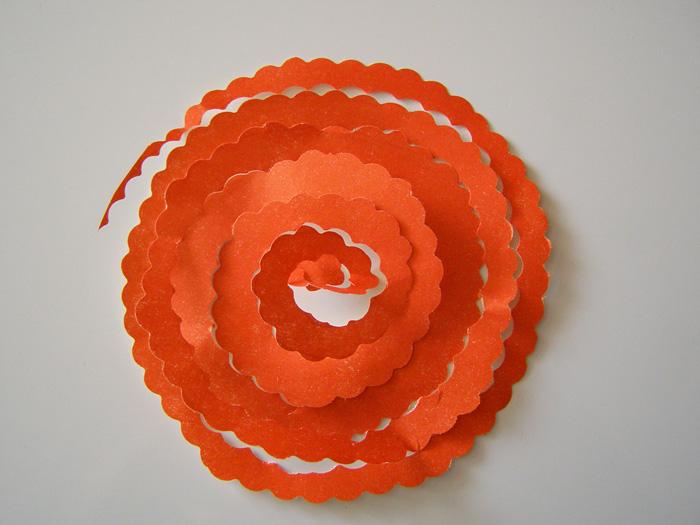 Вырезаем цветок из цветной бумаги