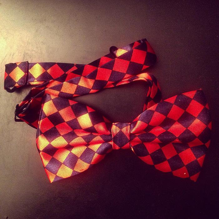 Ребенок разрабатывает дизайн галстуков-бабочек
