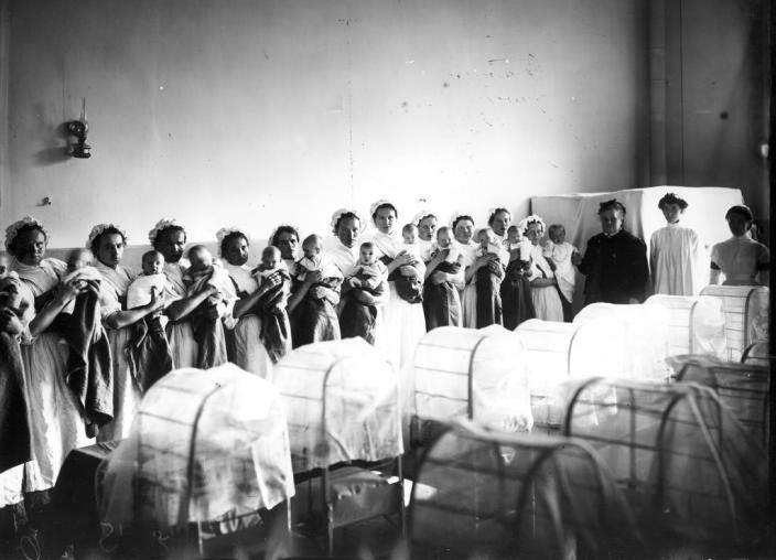 Питомцы грудного отделения Императорского Воспитательного дома на руках у кормилиц. 1913 год