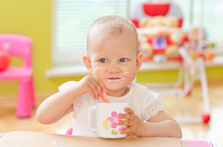 Много хлеба ест ребенок