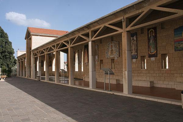 Галерея двора католического собора Благовещения в Назарете