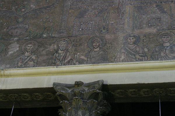 Древние мозаики на стенах базилики