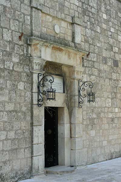 Вход в храм Преображения на горе Фавор