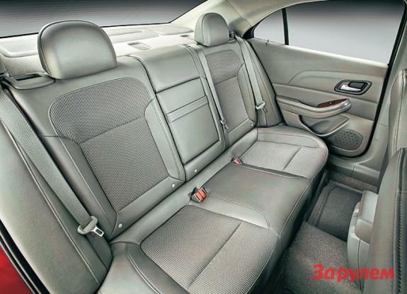 Заднее сиденье автомобиля для многодетной семьи
